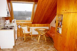 Küche mit Essecke im Dachgeschoss-Apartment Elsass.